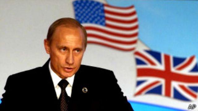 Владимир Путин выступает на конференции Россия-НАТО в Италии в 2002 г.
