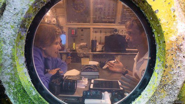 Sylvia Earle y Fabien Cousteau dentro de Aquarius