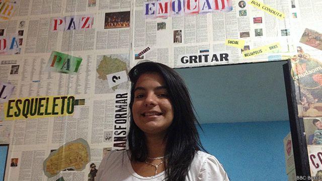 Fernanda troca ideias sobre política com seu pai: jovens são cada vez mais influentes em suas famílias.
