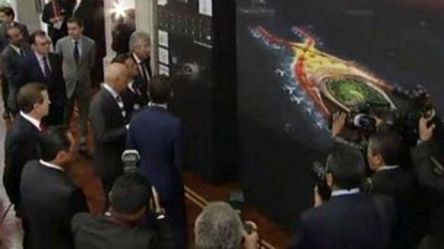 El presidente mexicano, Enrique Peña Nieto, observando la propuesta. Foto cortesía Diario Milenio.