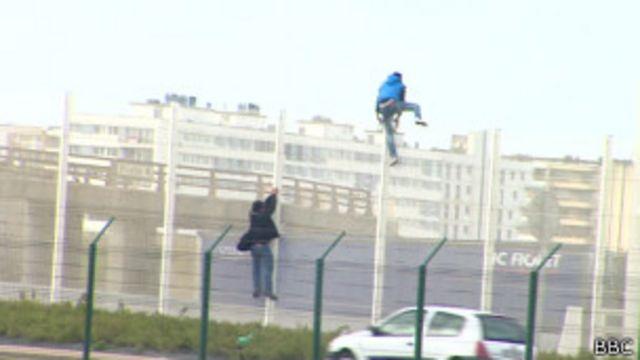 Des migrants essaient de pénétrer dans le port de Calais.
