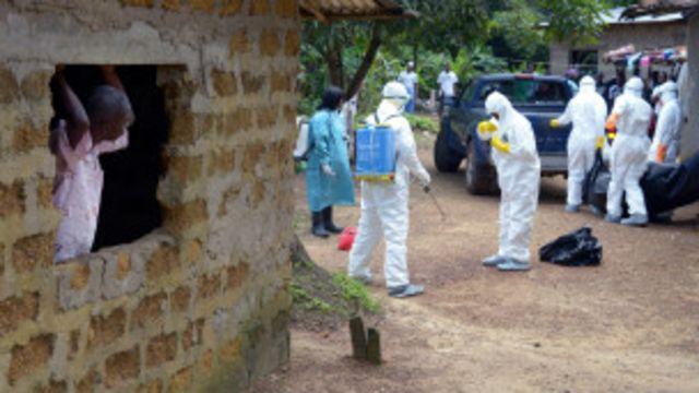 Abafasha abarwayi ba Ebola, mu mwambaro wo kwikingira