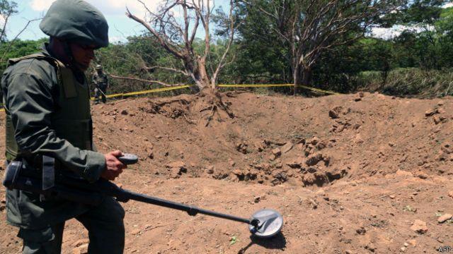 Soldado inspecciona cráter en Managua