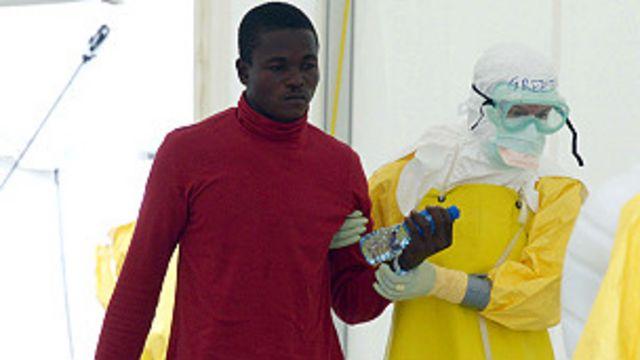 Abavuzi bambaye ivyo kwikingira Ebola, bashikanye umurwayi ku kigo ca MSF kiri Elwa, Monrovia