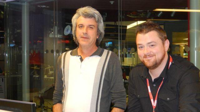 Wasu daga cikin masu lura da shirye-shiryen talabijin na BBC, Kevin Oliver a hagu da kuma Tony Cook.
