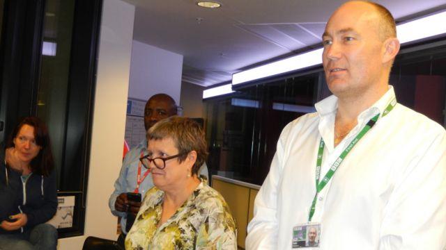 Editan talabijin na sashin harsuna a BBC, Ian Haddow da Shugabar kulla da ayyukan jarida na BBC, Nikki Clarke da Editan Afrika, Solomon Mugera a lokacin kaddamar da shirin talabijin na BBC Hausa