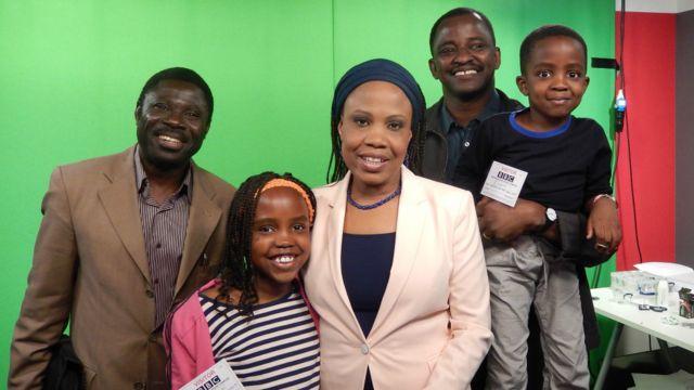Mai gabatar da shirin talabijin na BBC Hausa, Aichatou Moussa tare da maigidanta da 'ya'yanta a cikin dakin watsa shirye-shirye.