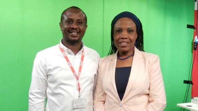 Ma'aikatan sashin Hausa na BBC, Aliyu Abdullahi Tanko tare da Aichatou Moussa lokacin da ake kamalla gabatar da shirin talabijin.