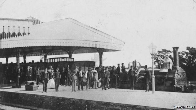 Estación de tren en la época victoriana