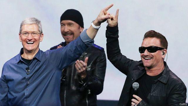 Tim Cook, de Apple, y Bono, cantante de U2