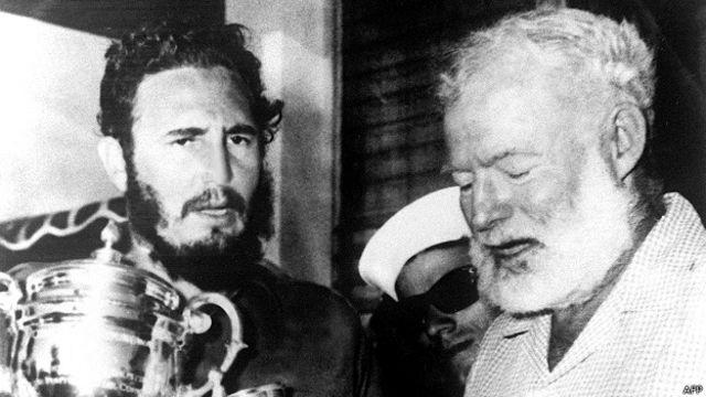 Ernest Hemingway junto a Fidel Castro