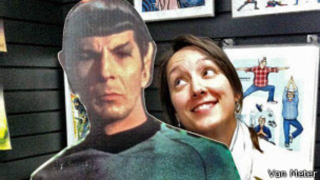 Sonia Van Meter con un cartel de Spock