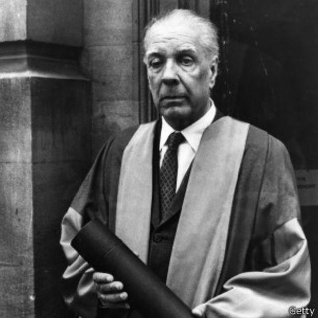 Jorge Luis Borges recibiendo su diploma de doctorado en Oxrford, en 1970