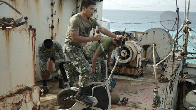 Los marines filipinos del Sierra Madre luchan para mantener la moral alta.