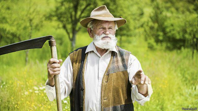 Пожилой мужчина с косой