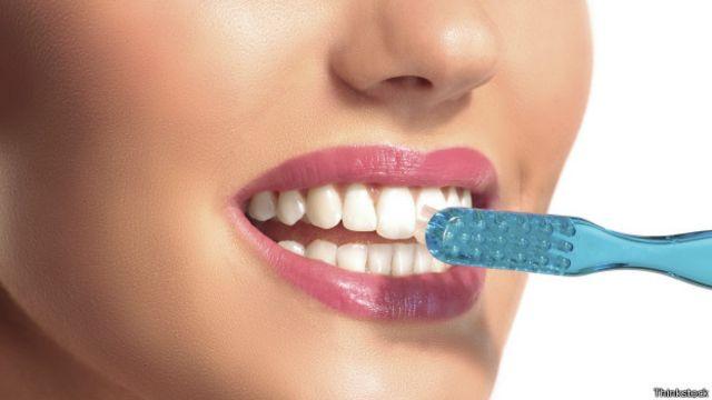 Mujer con cepillo de diente.