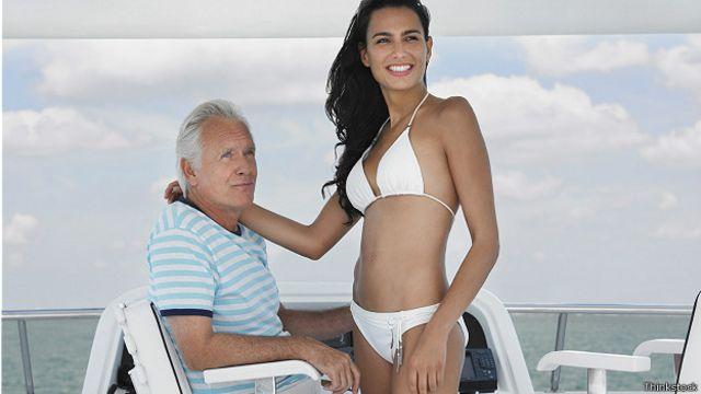 Мужчина и молодая женщина на яхте
