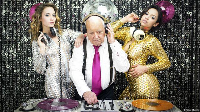 Дедушка-диджей и танцовщицы в клубе
