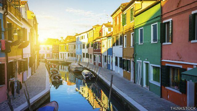 Canal con casas de colores