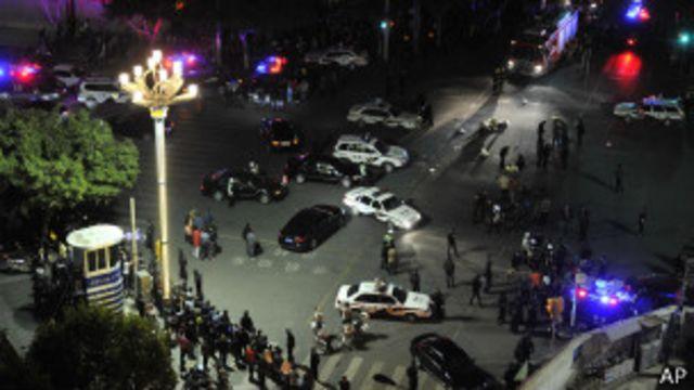 မတ်လက ကူမင်းမြို့ ဘူတာ အပြင်ဘက်မှာ တိုက်ခိုက်မှု ဖြစ်အပြီး တွေ့ရစဉ်။
