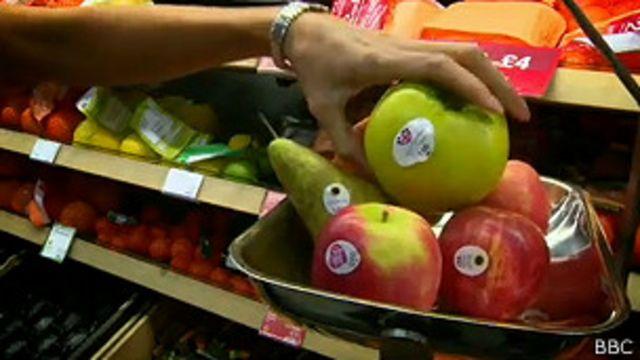 Frutas con etiquetas de papel.