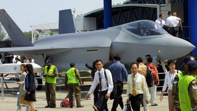 Los problemas del sofisticado F-35 marcaron la feria.