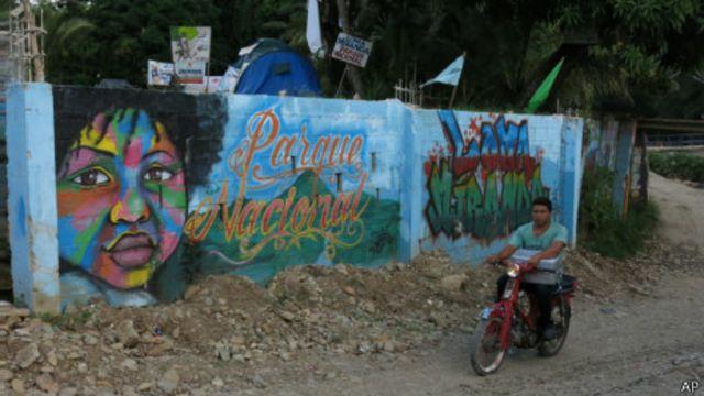 Cartel a favor de Loma Miranda Parque Natural