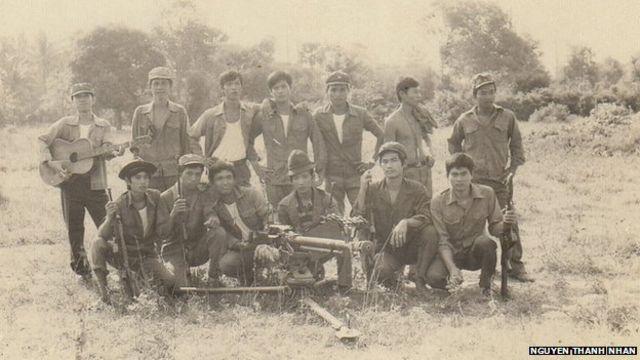 Người lính Nguyễn Thành Nhân ở hàng ngồi thứ hai từ trái qua