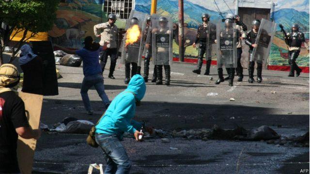 En Venezuela se produjeron protestas violentas como la de la foto, del pasado mes de agosto.