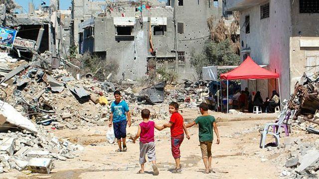 Algunos de los 80.000 residentes de Shejaiya huyeron, el resto vive entre ruinas.