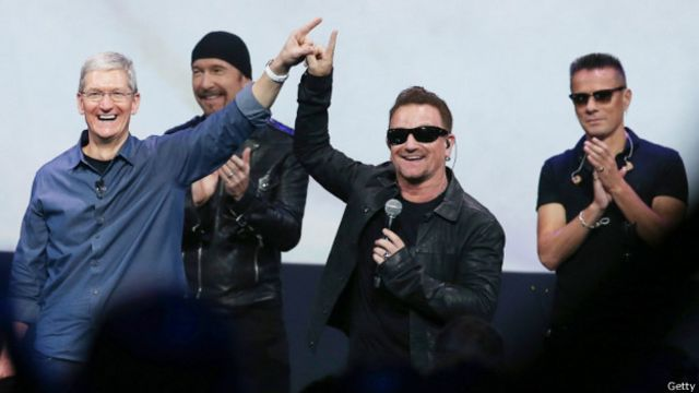 Director ejecutivo de Apple, Tim Cook, y Bono, vocalista de U2