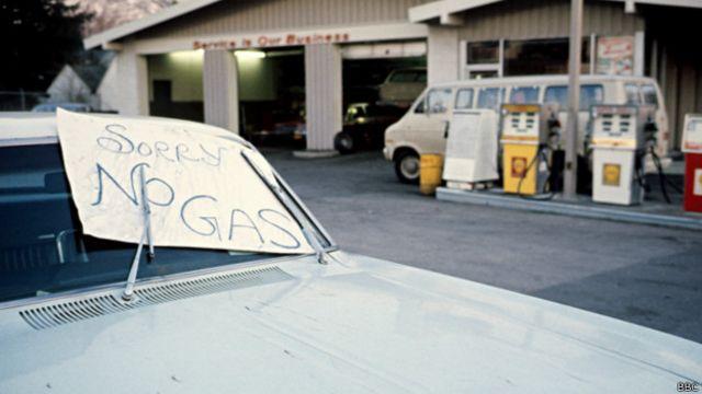 Imagen de una gasolinera en EE.UU. durante la crisis del petróleo de 1973.