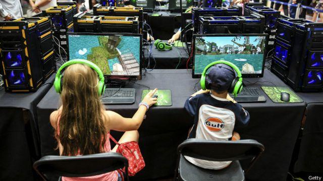 Niños jugando a Minecraft