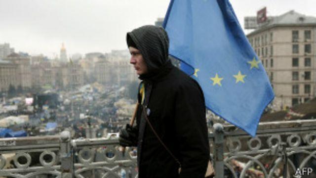 Un hombre camina por Kiev con una bandera de la UE el 1 de marzo de 2014