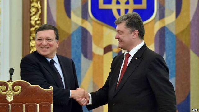 El presidente ucraniano Petro Poroshenko (der.) con el presidente de la Comisión Europea, José Manuel Barroso en Kiev el 12 de septiembre de 2014
