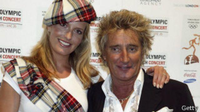 Rod Stewart con su esposa