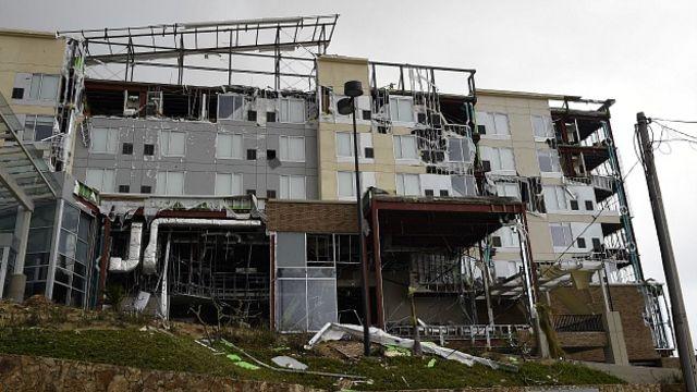 Varios hoteles resultaron afectados por los fuertes vientos y las lluvias y debieron ser evacuados. Los turistas fueron llevados a albergues provisionales. En la imagen uno de los hoteles dañados. Foto Getty Images.
