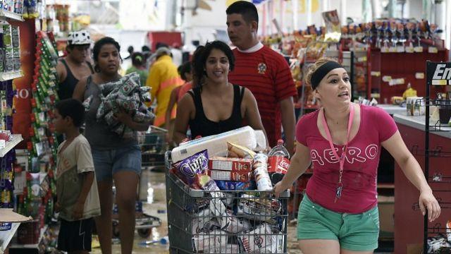 El lunes se presentaron algunos saqueos en supermercados y otros lugares comerciales. En la foto Getty Images, saqueos en un supermercado de San José del Cabo.