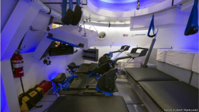 El interior de la nave CST-100 de Boeing.