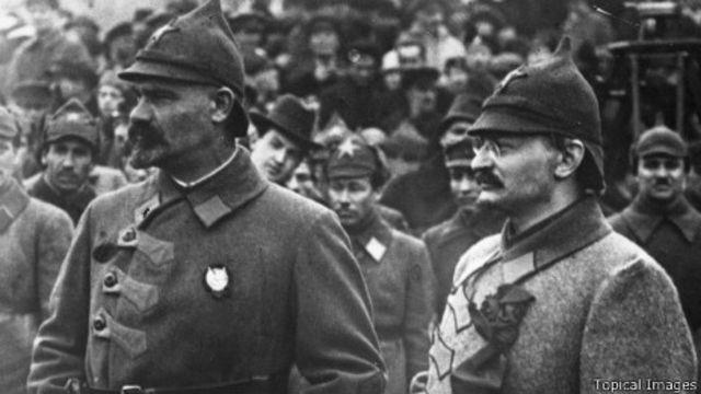 Tướng Mouralov và Chính ủy Trotsky sau khi Liên Xô thua Ba Lan năm 1920