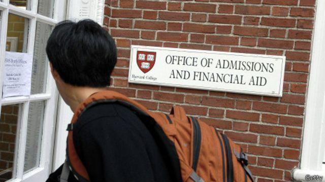 Estudiante entrando a la oficina de admisiones de Harvard