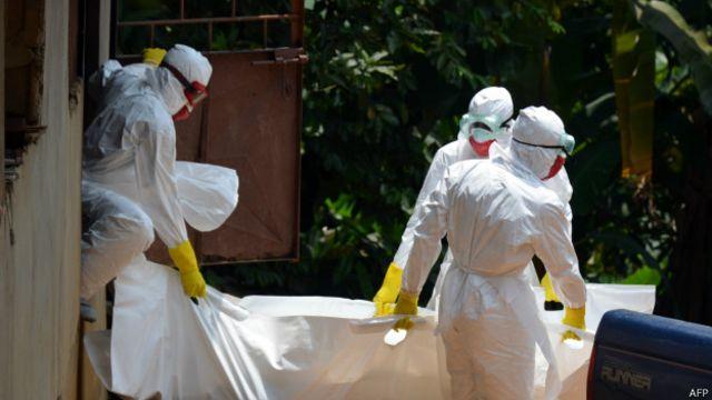 Trabajadores de la Cruz Roja en Liberia retiran los restos de un paciente que murió de ébola