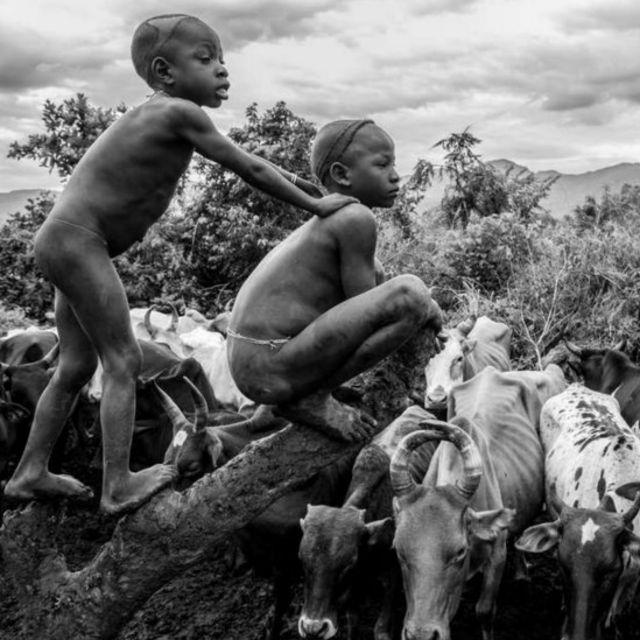 Survival International reúne fotos de diversas tribos em calendário 2015