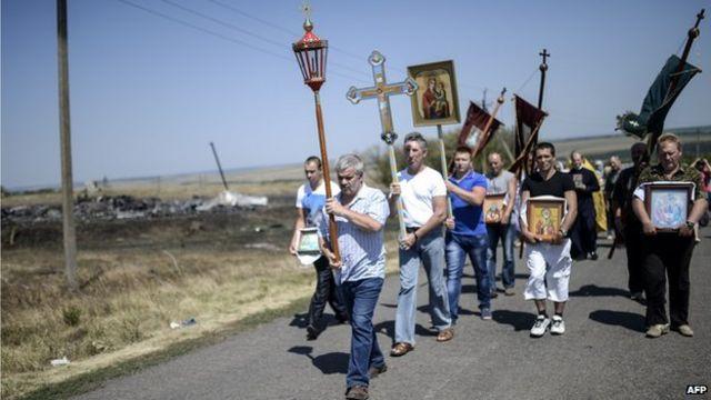 附近村民在坠机现场举行宗教仪式