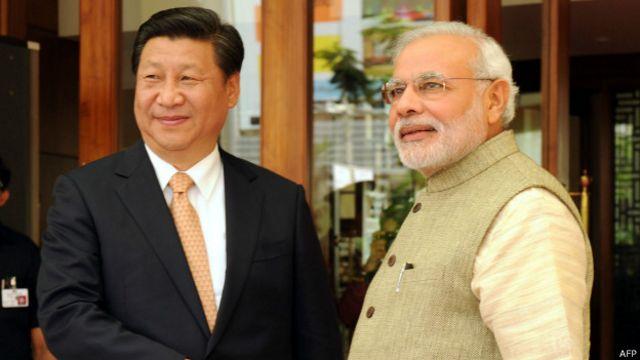 Xi Jinping (izq.) y Narendra Modi