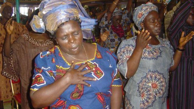 Maelfu ya watu hutoka sehemu mbali mbali za dunia kutafuta kupona katika kanisa la TB Joshua