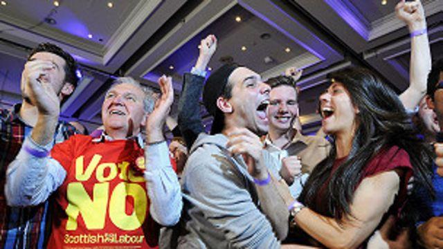Escoceses celebran la victoria del No.