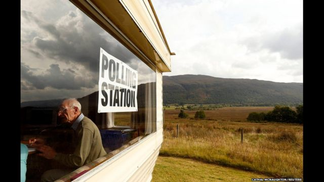 Cử tri trên khắp Scotland đã đến các cơ sở bỏ phiếu để quyết định tương lai của đất nước. Có hơn 97% người tới bỏ phiếu trên tổng số đã đăng ký, vượt hẳn mong đợi trước đó.