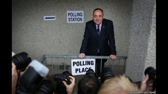 """Thủ hiến Scotland và là lãnh đạo chiến dịch """"Yes"""", ông Alex Salmond, xuất hiện cho phóng viên chụp hình trước khi bỏ phiếu ở Strichen, Aberdeenshire."""