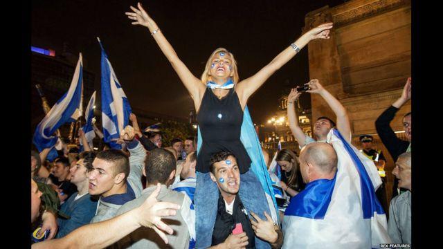 Ở Quảng trường George Square, thành phố Glasgow, người dân tranh thủ tiệc tùng. Khi kết quả đưa ra vào sáng sớm, riêng ở Glasgow số người bỏ phiếu 'Yes' chiếm đa số với 194.779 phiếu so với 169.347 'No'.